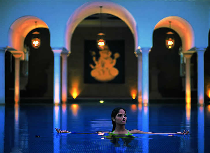 India, Agra, night swimming at the Oberoi Amarvilas Hotel