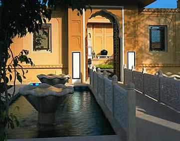 India, Jaipur, arch at the Oberoi Rajvilas Hotel